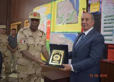 محافظ البحر الأحمر يهدي قائد قوات الدفاع الشعبي والعسكري درع المحافظة