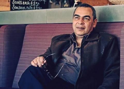 """أحمد خالد توفيق.. هكذا جلس الشباب على """"ضوء إلهامه"""" يقرأون"""