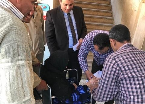 """""""يد تحمي ويد تسند"""".. مستشار وضابط يساعدان مسنة للاستفتاء"""