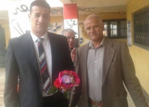 أسرة شهيد تدلي بصوتها في الدقهلية.. ومواطن يهدي قاضيا بوكية ورد