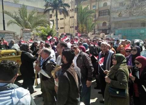 بالصور| مسيرة لمعلمين دمياط بأعلام مصر لتأييد الدستور