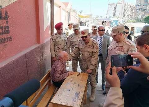مدير إدارة التجنيد بالقناة يتفقد قوات تأمين مقرات اللجان في بورسعيد