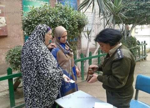 تصويت جماعي وتوجيه مباشر للناخبات أمام مقر لجان السيدات بشبرا