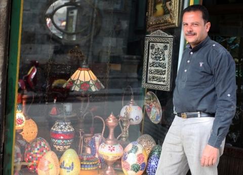 «أيمن» يوثق تراث الأجداد بالزجاج الملون.. تحف فنية من الوابور والزير ولمبة الجاز