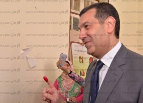"""محافظ أسيوط يدلي بصوته في الانتخابات الرئاسية بمدرسة """"خديجة يوسف"""""""