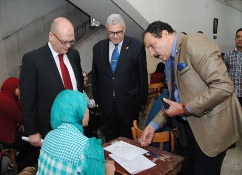 بالصور| نائب رئيس جامعة عين شمس يتفقد لجان الامتحانات بكلية التجارة