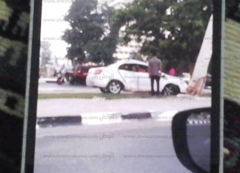 سيارة تصطدم بجزيرة طريق نمرة 6 نتيجة السرعة الزائدة بالإسماعيلية