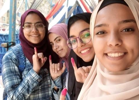 فرقتهن اللجان وجمعهن حب الوطن.. 4 فتيات إخوة يشاركن في الاستفتاء