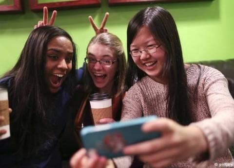التواصل الاجتماعي- يقرّبنا أم يبعدنا عن بعض؟