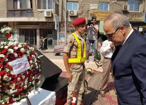 محافظ القليوبية يضع إكليلا من الزهور على قبر الجندي المجهول في بنها