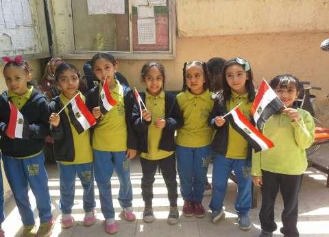 """بـ""""أعلام مصر"""".. أطفال يستقبلون الناخبين في لجان الهرم"""