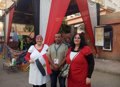 """تريزا وباربارا.. بريطانيتان تحملان علم مصر بالأقصر: """"كان نفسنا ننتخب"""""""