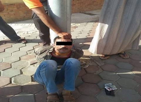 تقييد لص كابلات كهربائية على عمود إنارة ببورسعيد