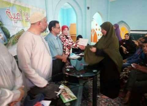 الهيئة العامة لتعليم الكبار تسلم شهادات محو الأمية للناجحين في دمياط