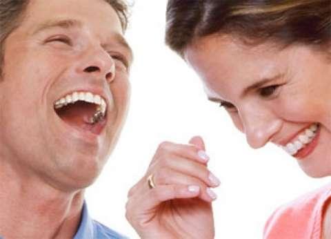 """دراسة علمية: الرجال لا يرتبطون بـ""""خفيفة الظل"""" ولكن يستمتعون بحديثها"""