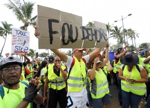 """""""قنابل غاز وخراطيم مياه وسترات صفراء"""".. القصة الكاملة لاحتجاجات فرنسا"""
