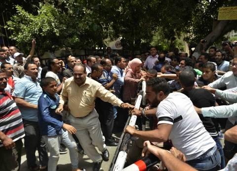 «المواطنون الشرفاء» أمام «النقابة»: «الصحفية بلطجية.. الصحفية حرامية»