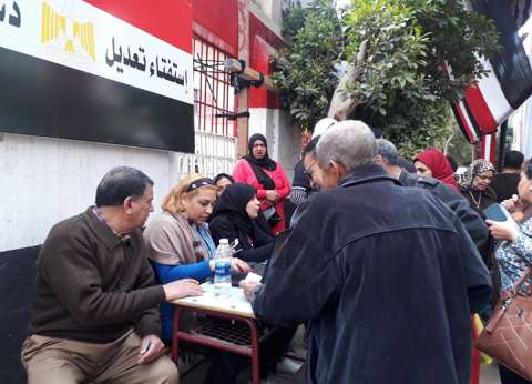 """متطوعون بـ""""لاب توب"""" لمساعدة الناخبين لمعرفة لجانهم أمام مدرسة شبرا"""