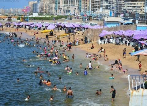 بالصور| إقبال متوسط على شواطئ الإسكندرية في أول وثاني عيد الأضحى