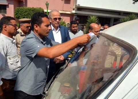 """""""عشماوي"""" يتابع وضع """"لاصقات"""" بتعريفة الركوب الجديدة على السيارات ببنها"""