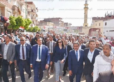 """محافظ البحيرة يقود مسيرة حاشدة بـ""""أبوالمطامير"""" دعما لتعديلات الدستور"""