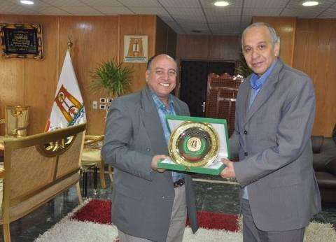 محافظ الوادي الجديد يكرَّم وكيل وزارة الزراعة لبلوغه سن المعاش