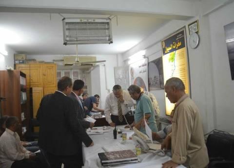 محافظ المنيا يدير غرفة عمليات إزالة التعديات على الأراضي المنهوبة