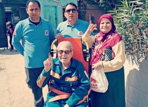 """الجيزة توفر سيارة لـ""""مسن"""" للإدلاء بصوته في الاستفتاء"""