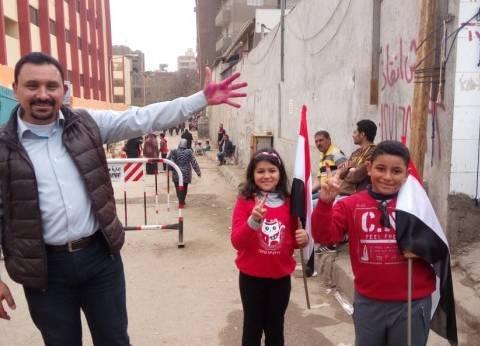 الآباء يدلون بأصواتهم بالانتخابات الرئاسية.. والأبناء يحملون علم مصر