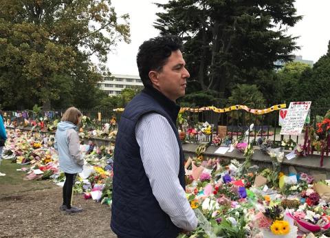 سفير مصر في نيوزيلندا يعزي أسر ضحايا الهجوم الإرهابي ويزور المصابين