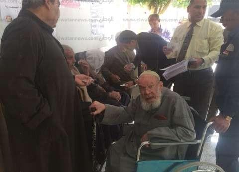 """""""قاضي"""" يساعد مسن للإدلاء بصوته في الانتخابات الرئاسية بالبدرشين"""