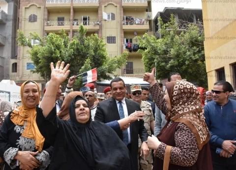 محافظ البحيرة ورئيس أركان المنطقة الشمالية يتابعان الاستفتاء بشبراخيت
