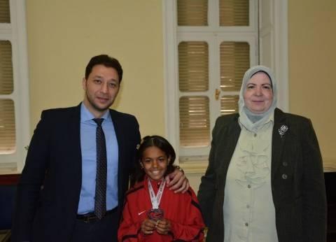 """""""التعليم"""" تكرم الفائزة بماراثون مستشفى مجدي يعقوب في أسوان"""