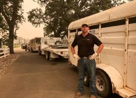 """""""لا يساعد الحيوانات فقط"""".. جندي متقاعد ينقذ الخيول من حرائق كاليفورنيا"""