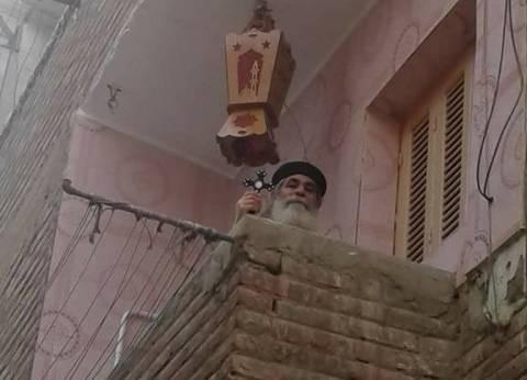 بالصور| راعي كنيسة في الأقصر يعلق فانوس رمضان بمنزله