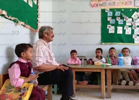 """وكيل """"التعليم"""" يزور مدارس الشيخ زويد ويمنح المعلمين شهادات تقدير"""