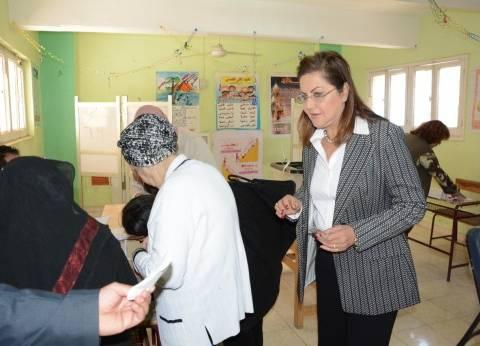 بالصور| وزيرة التخطيط تدلي بصوتها في الانتخابات: تسير بشكل منظم وحضاري