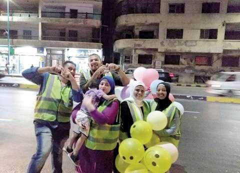متطوعون يوزعون حلوى وبلالين على رواد كورنيش الإسكندرية: خليهم يفرحوا