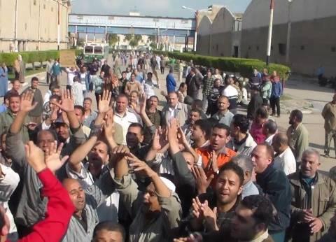 """عمال """"غزل كفرالدوار"""" يواصلون إضرابهم لليوم الثالث للمطابة بصرف علاوة الـ10%"""