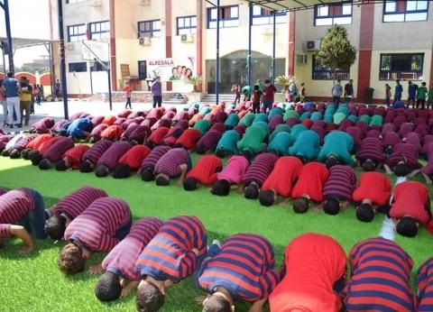 بالصور| مدير مدرسة يؤم الطلاب فى صلاة الظهر