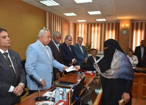 محافظ الشرقية يهدي 25 شهادة أمان للأرامل والمطلقات من الأسر المستحقة