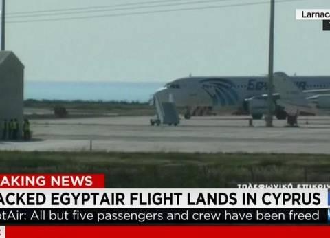 """وزير الطيران لـ المصريين: تابعوا تفاصيل """"الطائرة المختطفة"""" عبر موقع الوزارة"""