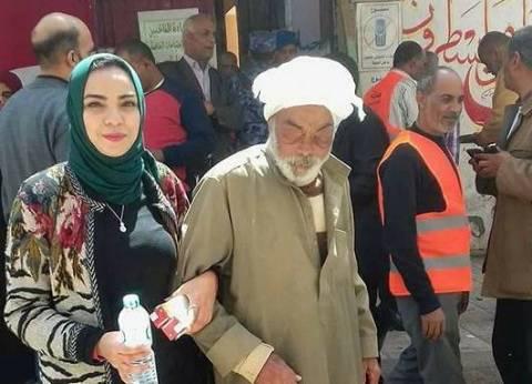 """""""أبو شليتة"""".. جد كفيف جاء للتصويت مع حفيدته: عشان مستقبلهم"""
