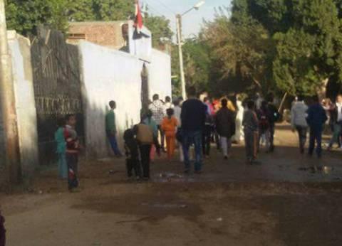 بالصور| تجمهر طلاب وأولياء أمور مدرسة في أسيوط لتأخر أعمال صيانتها