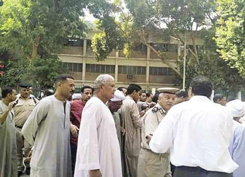 مواطنون يحتجون أمام محافظة قنا على نقص مياه الشرب