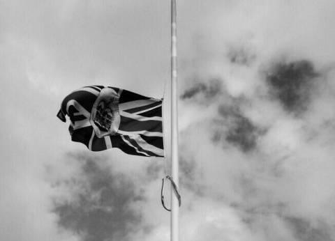 """السفارة البريطانية في مصر """"تنكس"""" العلم حدادا على شهداء """"الروضة"""""""