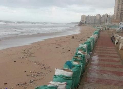 """حي منتزه أول يتابع استقرار حواجز الرمال بشاطئ """"أبوهيف"""" شرق الإسكندرية"""