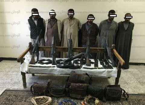 """""""أمن أسيوط"""" يشن حملة على طرفي خصومة ثأرية بحوزتهم 10 قطع سلاح وذخيرة"""
