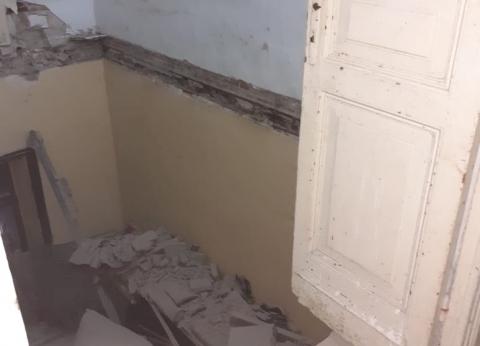 بالصور.. إصابة 3 أشخاص انهار عليهم سقف عقار قديم في جمرك الإسكندرية