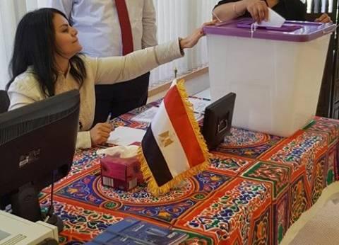 بالصور| المصريين يواصلون الإدلاء بأصواتهم في الكويت رغم زيادة الغبار